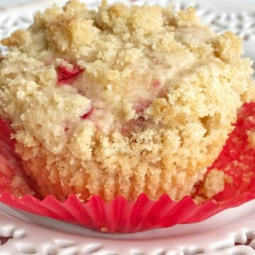 Soft & sweet muffins filled with juicy strawberries and topped with a sweet streusel crumble topping. Strawberry streusel muffins are the best way to use up summertime strawberries.