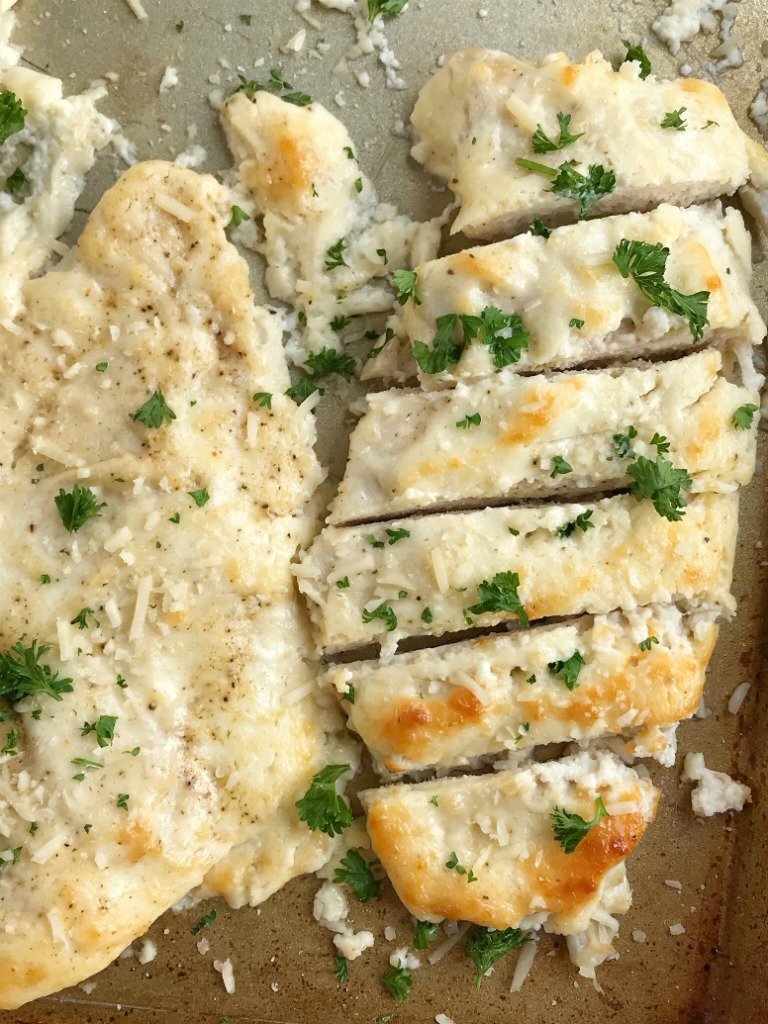 Baked Garlic Parmesan Chicken | Baked Chicken | Chicken Recipes | Baked garlic parmesan chicken is an easy dinner that everyone will LOVE! #easydinnerrecipes #chicken #dinner